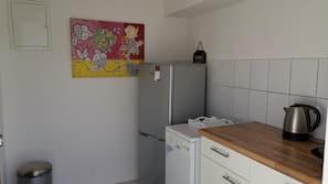 Kühlschrank, Mikrowelle, Herd, Kochgeschirr/Geschirr/Besteck