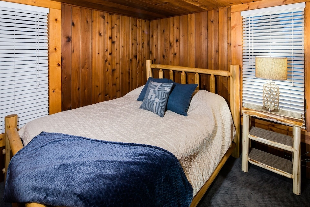 Room, All Season Cabin on the Canal of the Indian River Between Burt and Mullet Lake!
