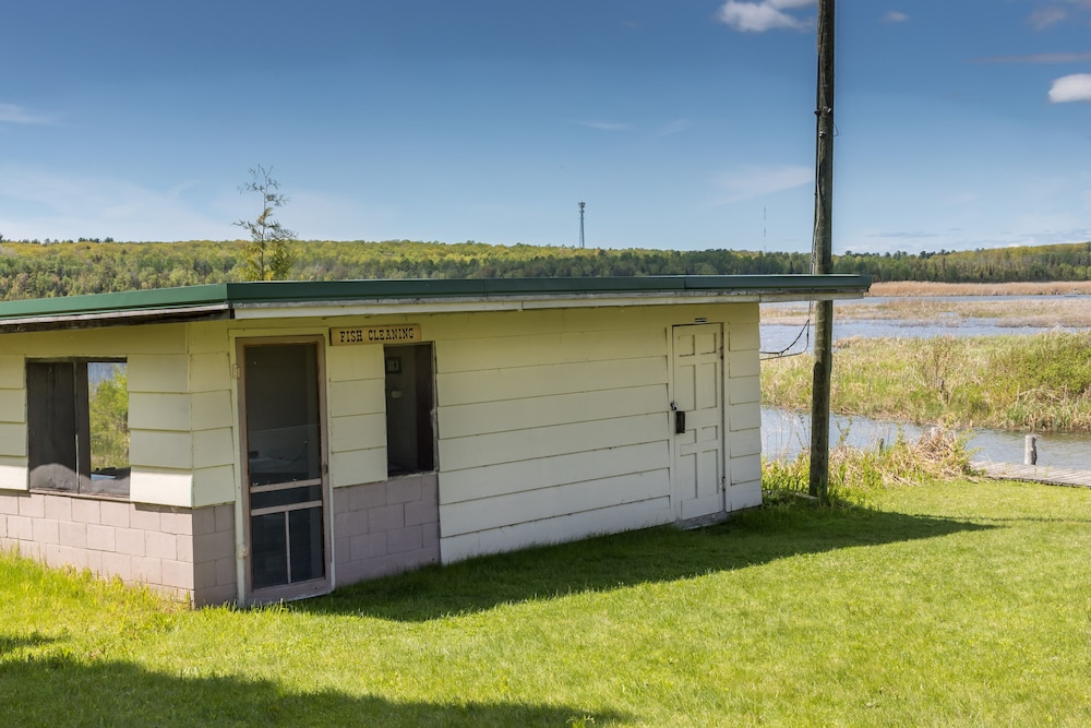 , All Season Cabin on the Canal of the Indian River Between Burt and Mullet Lake!