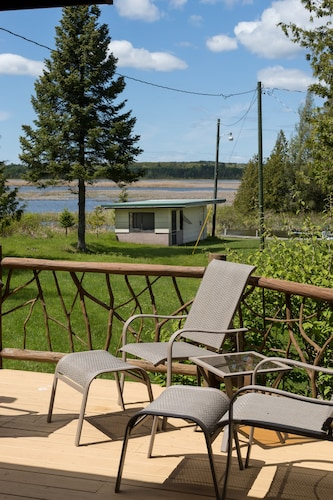 Balcony, All Season Cabin on the Canal of the Indian River Between Burt and Mullet Lake!