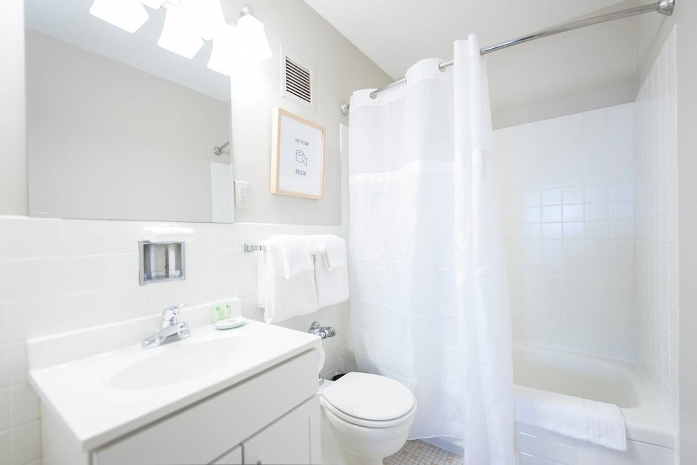 Bathroom, Downtown Convenience, Breathtaking Rooftop Views!