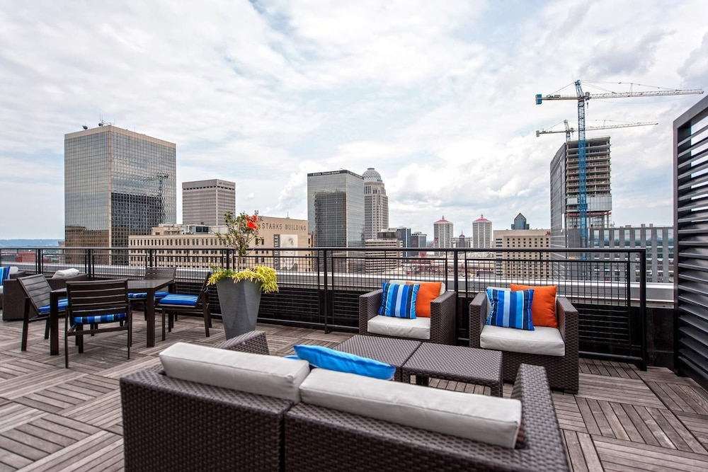 Balcony, Downtown Convenience, Breathtaking Rooftop Views!