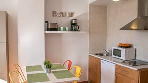 Frigorífico, microondas, placa de cocina y cafetera o tetera