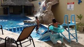 2 piscinas al aire libre (de 10:00 a 22:30), sombrillas