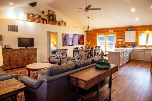 Retreat or Reunion Cabin by Zion Sleeps 22 w/ Game Room. 10 min Away From Zion