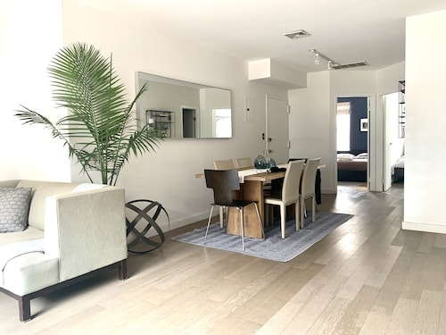 Beautiful Bright Renovated 2BR w Balcony Sleeps 6!