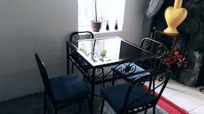Mikrowelle, Wasserkocher mit Kaffee-/Teezubehör, Toaster, Mixer