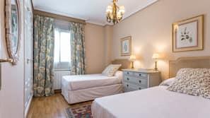 4 Schlafzimmer, Verdunkelungsvorhänge, kostenloses WLAN, Bettwäsche