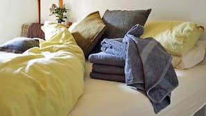 遮光窗帘、免费 WiFi、床单