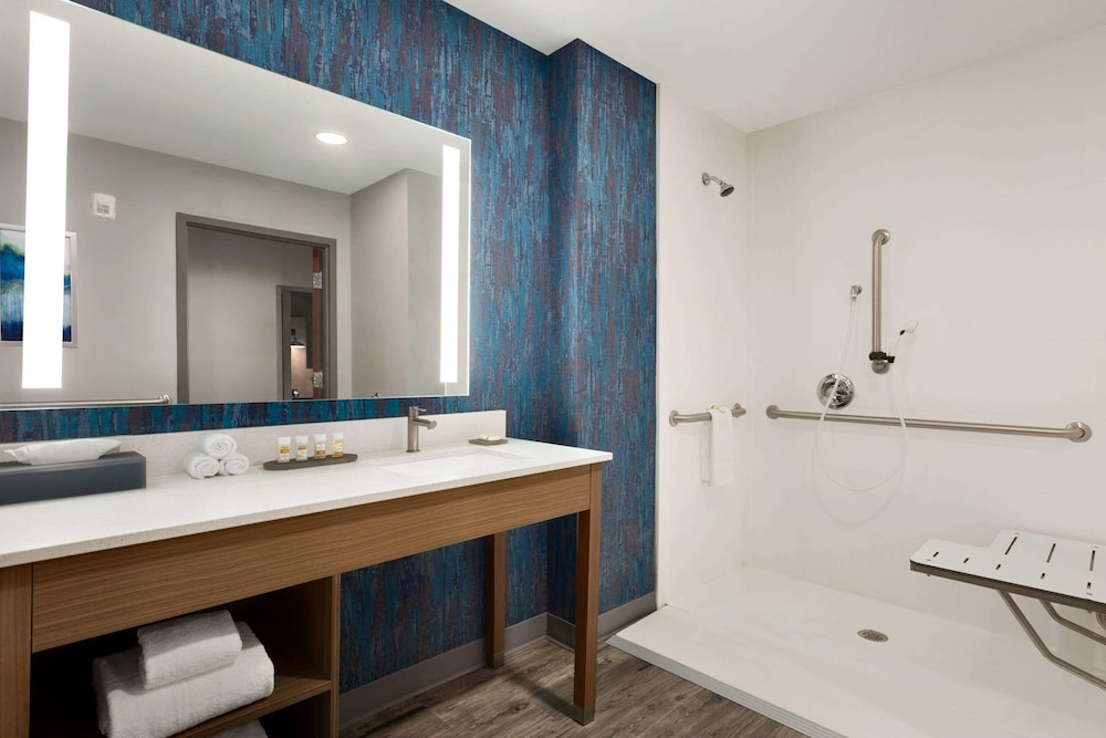 Bathroom, La Quinta Inn & Suites by Wyndham Brunswick/Golden Isles