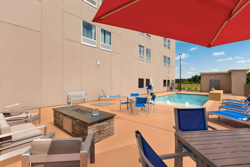 Pool, La Quinta Inn & Suites by Wyndham Brunswick/Golden Isles