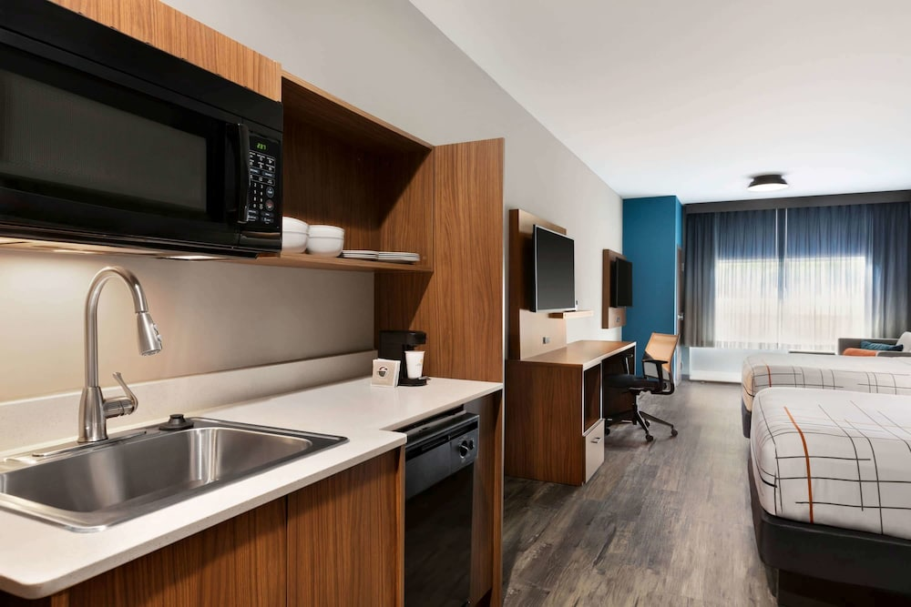 Room, La Quinta Inn & Suites by Wyndham Brunswick/Golden Isles