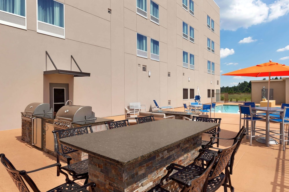 BBQ/Picnic Area, La Quinta Inn & Suites by Wyndham Brunswick/Golden Isles