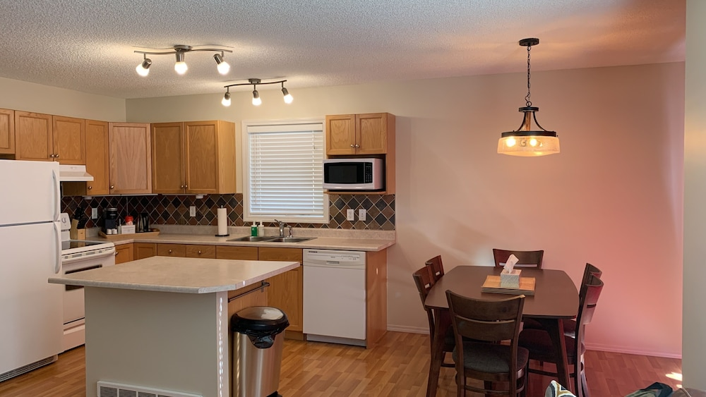 Private Kitchen, Family Friendly Contemporary Town Home w/ Garage