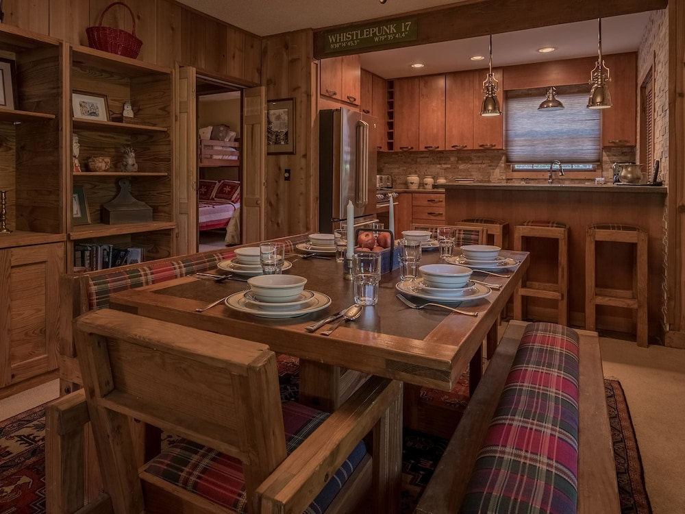 Dining, 2 Br: Whistlepunk 17