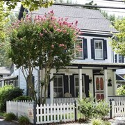 The Side Porch Cottage, Close to Shopping and Beaches in Historic District
