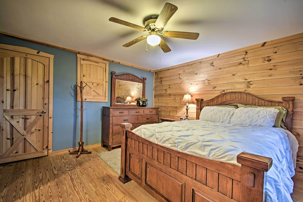 Room, Cozy Amish Country Cabin on Shipshewana Lake!