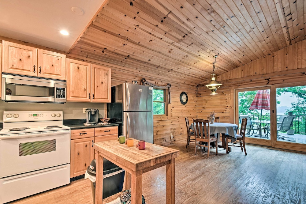 Private Kitchen, Cozy Amish Country Cabin on Shipshewana Lake!