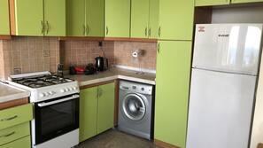 Kühlschrank, Ofen, Geschirrspüler, Kochgeschirr/Geschirr/Besteck