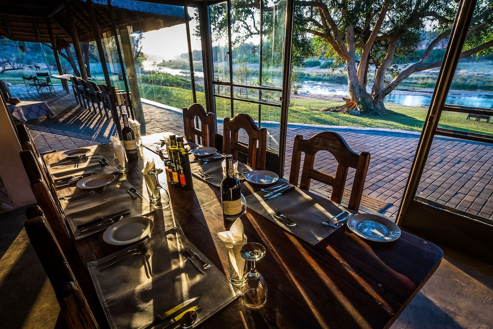 Dining, Maninghi Lodge