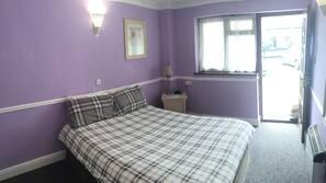 Skrivebord, blendingsgardiner, wi-fi (inkludert) og sengetøy