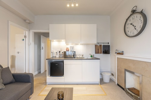 Grand Swiss Cottage Apartment