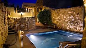 Una piscina al aire libre (de 11:00 a 22:00), sombrillas, tumbonas