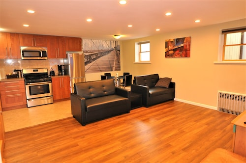 Beautiful 2 Bedroom Apartment With Good Location, 20 Mins to Downtown Manhattan