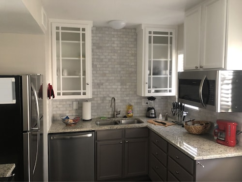 Luxurious 5 Star Suite Near DT, King/queen 2 BR