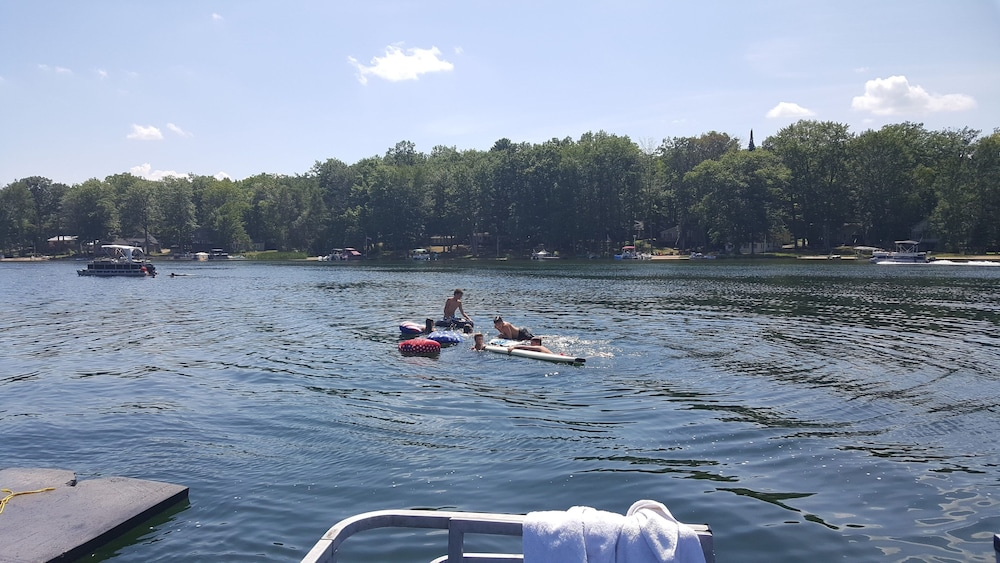 , On Jose Lake With Kayaks, Dock and Beach!