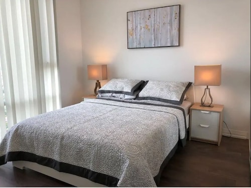 Luxury 2 Bed + Den Furnished Condo Apt in Toronto