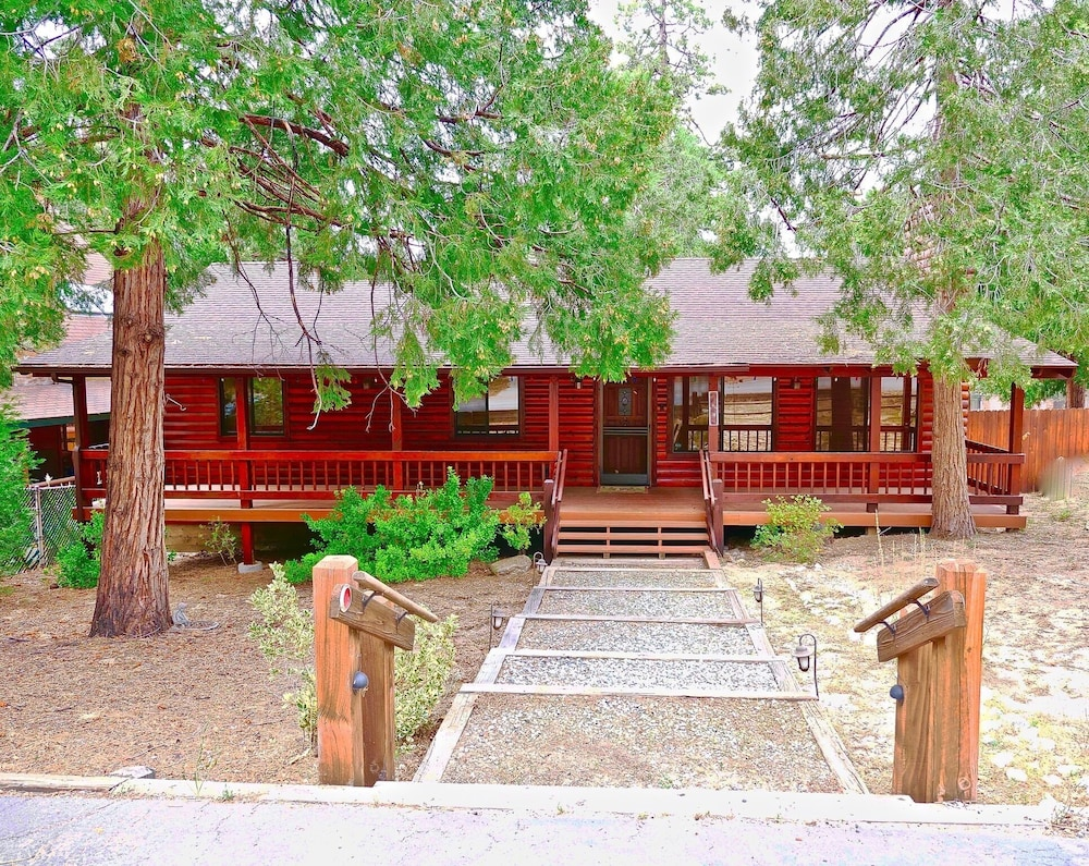 , New!!the Lodge: Family/pet Friendly, Fenced Yard, Walk to Town, Nearby Creek