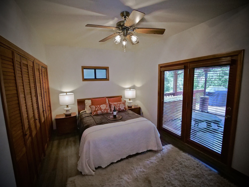 Room, New!!the Lodge: Family/pet Friendly, Fenced Yard, Walk to Town, Nearby Creek