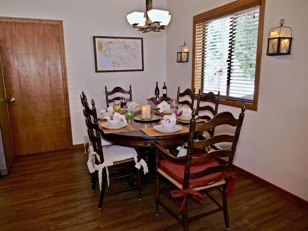 In-Room Dining, New!!the Lodge: Family/pet Friendly, Fenced Yard, Walk to Town, Nearby Creek