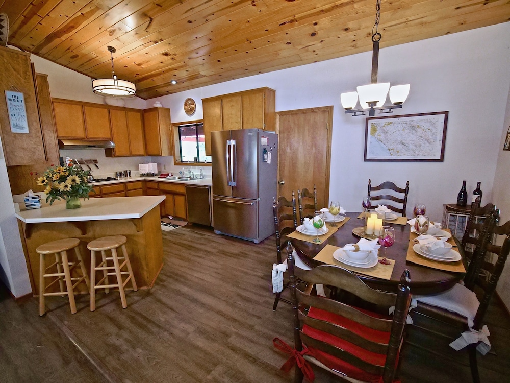 Private Kitchen, New!!the Lodge: Family/pet Friendly, Fenced Yard, Walk to Town, Nearby Creek
