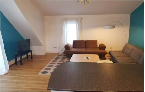Sunny two Bedroom top Unit, Free Parking On-site
