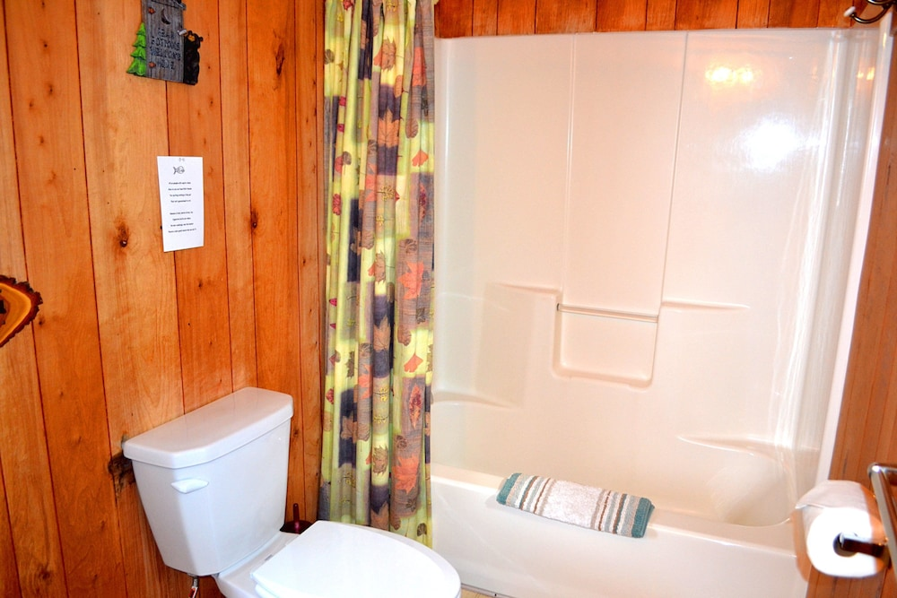 Bathroom, Nitschke's Northern Resort - Cabin #7