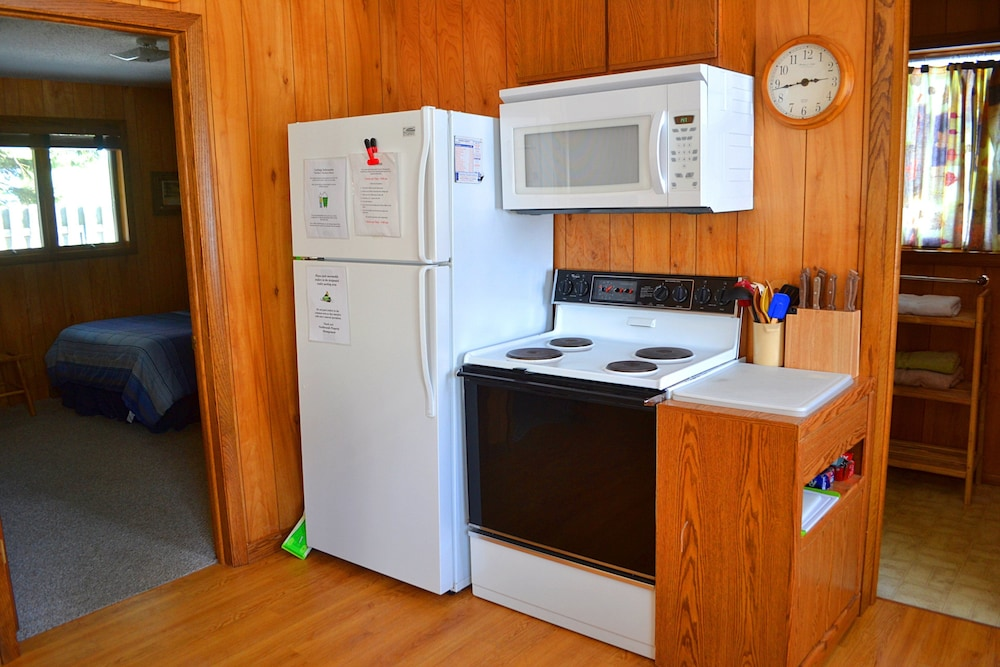 Private Kitchenette, Nitschke's Northern Resort - Cabin #7