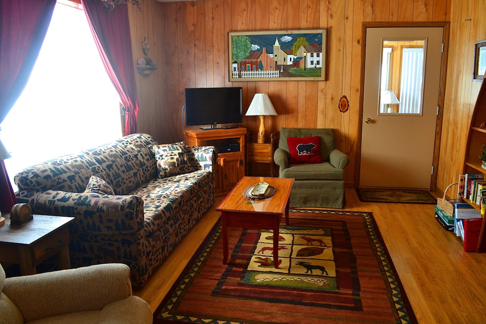 Living Room, Nitschke's Northern Resort - Cabin #7