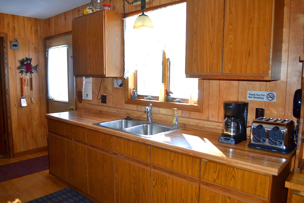 Private Kitchen, Nitschke's Northern Resort - Cabin #7