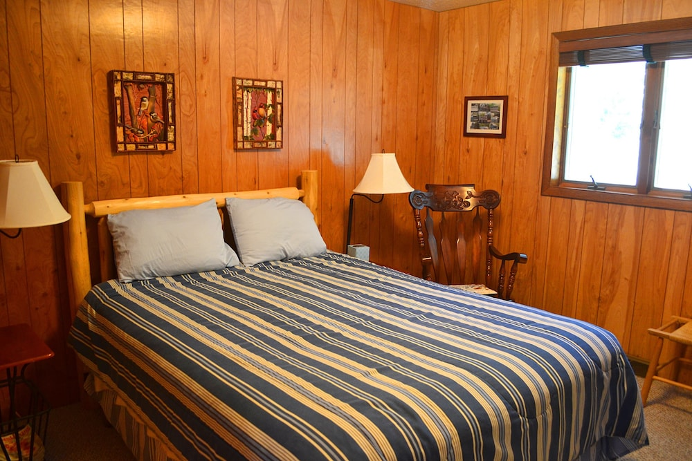 Room, Nitschke's Northern Resort - Cabin #7
