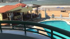 Una piscina al aire libre (de 9:00 a 20:00), sombrillas
