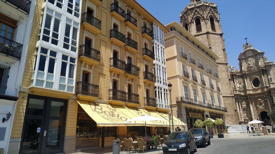 Flats Friends Plaza de la Reina