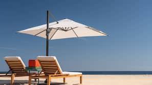 Na praia, areia branca