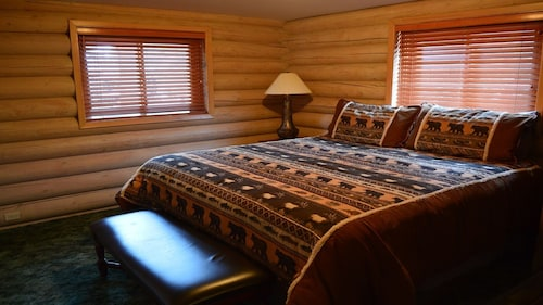 Our Cozy Log Cabin Close to Glacier, 1282 Sqft