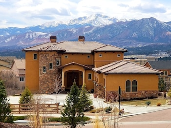 Chateau du Pikes Peak, a Premier Bed and Breakfast