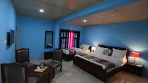 1 개의 침실, 각각 다르게 꾸며진, 각각 다르게 가구가 비치된, 책상