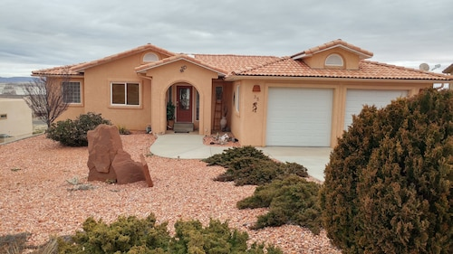 Large Lake Powell View Home, Close to all the Sights!