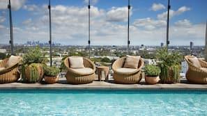 Una piscina al aire libre (de 9:00 a 19:00), sombrillas, tumbonas