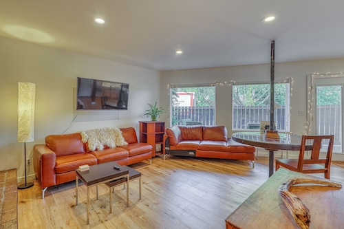 Sleek Urban Ballard Studio w/ Patio & Fireplace - Walk to Golden Gardens Park!